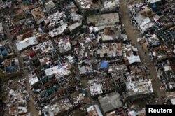 ເຮືອນຊານບ້ານຊ່ອງ ຫຼາຍຫລັງໄດ້ຮັບຄວາມເສຍຫາ ຫຼັງຈາກເຮີຣິເຄນ Matthew ໄດ້ພັດຖະລົ່ມ ຜ່ານເມືອງ Jeremie ຂອງ Haiti, ວັນທີ 9 ຕຸລາ 2016.