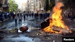 درگیری معترضان طرفدار کردها با نیروهای پلیس ترکیه در شهر دیاربکر - ۱۵ مهر ۱۳۹۳