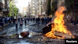 Para demonstran Kurdi membuat barikade dengan membakar ban di jalanan Diyarbakir, Turki (7/10).
