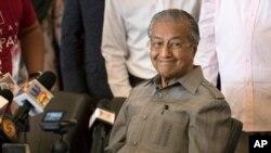 លោក Mahathir Mohamad ញញឹមក្នុងសន្និសីទកាសែតមូួយក្នុងទីក្រុង Kuala Lumpur ប្រទេសម៉ាឡេស៊ីកាលពីថ្ងៃទី១០ ខែ ឧសភា ឆ្នាំ ២០១៨។