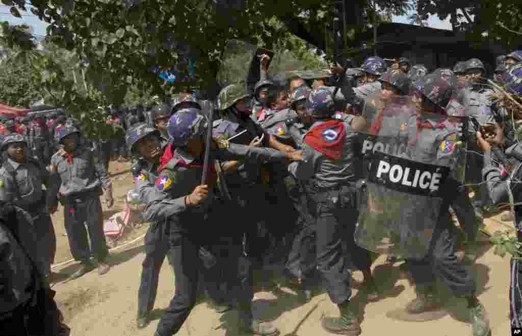 ប៉ូលីសកុប្បកម្មវាយនិស្សិតម្នាក់ បន្ទាប់ពីបានចាប់ខ្លួនគាត់ ក្រោយការបង្ក្រាបមួយ នៅក្នុងទីក្រុង Letpadan ចម្ងាយ១៤០គីឡូម៉ែត្រភាគខាងជើងទីក្រុងយ៉ាំងហ្គោន (Yangon) ប្រទេសភូមា កាលពីថ្ងៃអង្គារ ទី១០ ខែមីនា ឆ្នាំ២០១៥។