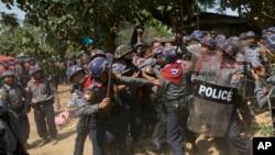 2015年3月10日,缅甸警察殴打一名示威学生。地点是位于仰光北面140公里的礼勃坦。