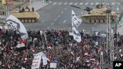 Xe tăng quân đội Ai Cập tạo vành đai ngăn cách dinh tổng thống với đám đông biểu tình phản đối Tổng thống Mohammed Morsi, 7/12/2012