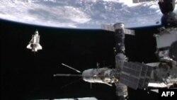 """""""Discovery"""" Xalqaro kosmik stansiya yonida, 7 mart 2011"""