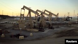 Oil rig pumpjacks, yang juga dikenal sebagai thirsty birds, milik Occidental Petroleum Corporation (Oxy), di dekat Long Beach, California, 30 Juli 2013. (Foto: dok).