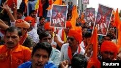 ہندو انتہاپسند گروپ کے کارکن بنگلور میں بالی وڈ کی فلم پدماوتی کے خلاف مظاہرہ کر رہے ہیں۔ نومبر 2017