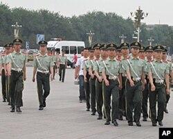 在天安门广场上值勤的武警士兵