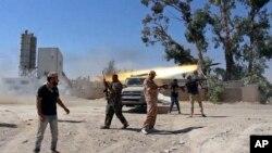 Para anggota kelompok 'Brigade Misarata' dalam pertempuran dengan kelompok milisi lainnya memperebutkan bandara Tripoli (foto: dok).