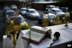 Injil di altar saat Misa Minggu lantatur yang diadakan oleh Pastor Jonathan Gonzalez di halaman gereja untuk mencegah penyebaran virus corona di kawasan El Paraiso, Caracas, Venezuela, 25 Oktober 2020. (Foto: Matias Delacroix/AP)