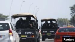 Des forces de sécurité se dirigent vers Grand-Bassam, le 13 mars 2016. (Reuters/Joe Penney)