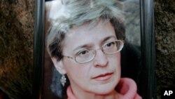 人们悼念俄罗斯被害记者安娜.波利特科夫斯塔亚时的情景