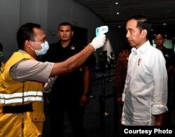 Presiden Joko Widodo meninjau langsung pembersihan dengan disinfektan di Bandara Soetta, Cengkareng, Jumat, 13 Maret 2020. (Foto: Biro Setpres)