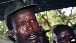 Le leader de la LRA, Joseph Kony (à g.) dans un point de presse (archives 2006)