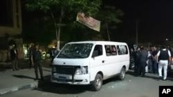 8일 카이로에서 괴한의 총격을 받은 경찰차 주변에 주민들이 모여있다