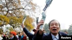 Ông Nguyễn Tường Thụy (phải) trong một lần biểu tình chống Trung Quốc.
