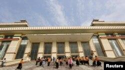 Anggota parlemen tiba di Gedung Parlemen di Naypyitaw, Myanmar. (Foto:Dok)