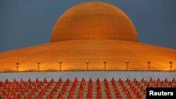 Para biksu Buddhis berdoa di kuil Wat Phra Dhammakaya di provinsi Pathum Thani, sebelah utara Bangkok.