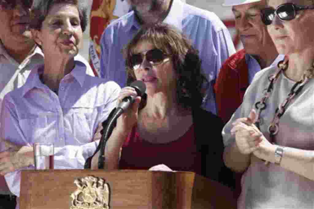 La escritora chilena Isabel Allende saluda a los mineros atrapados y sus familiares, junto al presidente Sebastián Piñera de Chile.