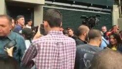 Decenas celebran liberación de Leopoldo López frente a su casa