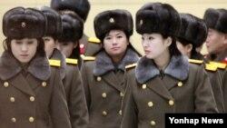 북한 모란봉악단이 지난 12일 북한으로 돌아가려고 중국 베이징의 호텔을 나서고 있다. 이들은 이날 베이징 국가대극원 공연을 몇 시간 앞두고 갑자기 공연을 취소한 것으로 알려졌다.