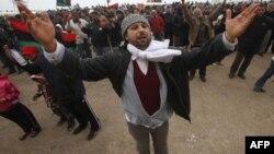 Demonstranti skandiraju parole protiv Moamera Gadafija na protestima u Bengaziju, 26. februara 2011.