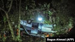 Tim penyelamat mengevakuasi korban kecelakaan bus yang jatuh ke jurang di Kecamatan Wado, di Sumedang, Jawa Barat, yang merenggut nyawa 27 orang, Rabu, 10 Maret 2021. (Foto: AFP/Bagus Ahmad)