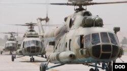 عکس از هلیکوپتر های نوع Mi-17 در میدن هوایی کابل