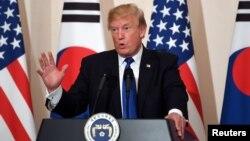 美国总统川普在首尔青瓦台在与韩国总统文在寅共同召开的联合记者会上讲话。(2017年11月7日)
