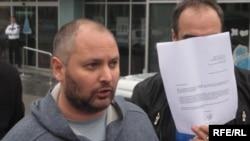 Domagoj Margetić sa dokumentima kojim ilustruje svoje tvrdnje, Banjaluka, 23. novembar 2012.