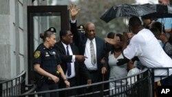 Bill Cosby, centro, saliendo de la corte en el Condado de Montgomery, con su publicista Andrew Wyatt, segundo desde la izquierda, después que no se lograra acuerdo en el juicio en su contra en Norristown, Pennsylvania, el 17 de junio de 2017.