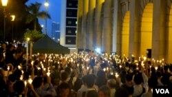 Protesters in Hong Kong Jun 13, 2012, (I. Broadhead, VOA)