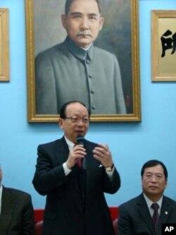 台灣國民黨副主席蔣孝嚴 (站立者),右為紐約中華公所主席伍權碩