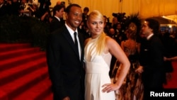 """Golfer Tiger Woods arrives with skier Lindsey Vonn at the Metropolitan Museum of Art Costume Institute Benefit celebrating the opening of """"PUNK: Chaos to Couture"""" in New York, May 6, 2013. REUTERS/Lucas Jackson (UNITED STATES - Tags: ENTERTAINMENT FASHION"""