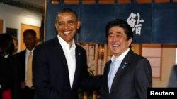 日本首相安倍晉三(右)歡迎奧巴馬(左)到訪