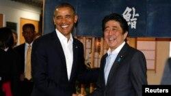 Tổng thống Mỹ Barack Obama và Thủ tướng Nhật Bản Shinzo Abe tại nhà hàng Sukiyabashi Jiro ở Tokyo, ngày 23/4/2014.