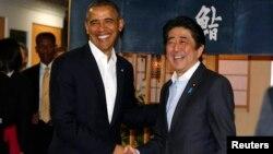 លោក បារ៉ាក់ អូបាម៉ា ត្រូវបានស្វាគមន៍នៅភោជនីយដ្ឋាន Sukiyabashi Jiro ដោយនាយករដ្ឋមន្ត្រីជប៉ុន Shinzo Abe ក្នុងទីក្រុងតូក្យូ កាលពីថ្ងៃទី២៣ ខែមេសា ឆ្នាំ២០១៤។