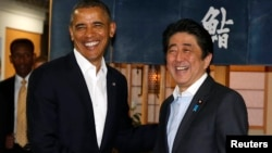 아베 신조 일본 총리(오른쪽)가 23일 일본을 방문한 바락 오바마 미국 대통령을 위해 도쿄의 한 횟집에서 만찬을 마련했다.