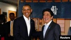 Presiden AS Barack Obama disambut oleh PM Jepang Abe di Restoran Sukiyabashi Jiro di Tokyo (23/4).