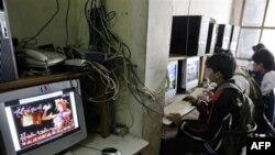 Chính phủ Việt Nam đã tìm cách cấm chơi game trên mạng từ 10 giờ tối tới 8 giờ sáng nhưng nhiều quán cà phê internet đã tránh né lệnh cấm bằng cách tiếp tục kinh doanh sau khi đóng cửa tiệm