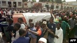 Quelques personnes portent le cercueil d'un homme sur la route des cimetières ghala, à Bissau, le 01 décembre 2000.