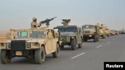 Des véhicules blindés de l'armée égyptienne se dirigent vers le nord du Sinaï dans le cadre d'une vaste opération anti-terroriste des forces de sécurité égyptiennes, le 9 février 2018.