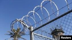 Menara penjaga tampak di Penjara Negara San Quentin untuk terpidana mati, di San Quentin, California, 29 Desember 2015. (Foto: Reuters)