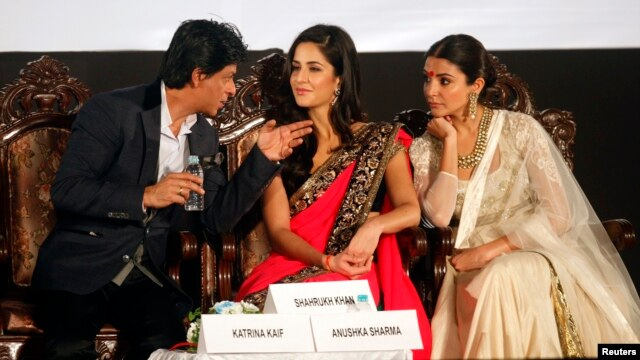Bollywood actor Shah Rukh Khan (L) speaks with actresses Katrina Kaif (C) and Anushka Sharma during the inauguration ceremony of the 18th Kolkata International Film festival in Kolkata, November 10, 2012.
