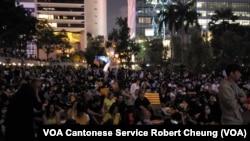大約三千香港市民參加週四晚於中環舉行的香港與加泰羅尼亞人民團結集會 (拍攝﹕ 美國之音記者張富傑)