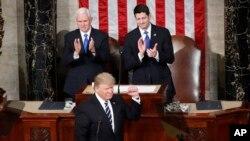도널드 트럼프 미국 대통령이 지난해 2월 취임 후 처음으로 상하원 합동회의에서 연설했다. 마이크 펜스 부통령과 폴 라이언 하원의장이 의장석에서 박수를 치고 있다.