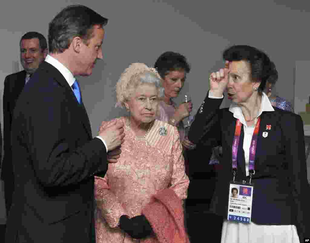 Ratu Inggris, Elizabeth II (tengah), Putri Anne (kanan), dan Perdana Menteri Inggris David Cameron tiba untuk Upacara Pembukaan Olimpiade Musim Panas di Stadion Olimpiade di London, 27 Juli 2012.