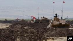 터키 군과 이라크 군이 이라크 북부 쿠르드 자치정부의 분리독립 움직임에 대응해 26일 터키 남동부 접경 하부르에서 합동군사훈련을 실시했다.