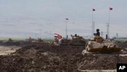 Militer Turki dan Irak melakukan latihan militer bersama di Silopi, Turki dekat perbatasan Irak pasca pelaksanaan referendum Kurdi-Irak (26/9).
