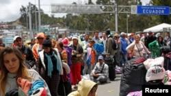 Ciudadanos venezolanos y otros migrantes esperan en el puente Rumichaca, en la frontera entre Ecuador y Colombia. 24 de agosto de 2019.