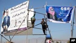 Parlament saylovlari oldidan nomzodlarning plakatlari o'rnatilmoqda, Kobul, Afg'oniston, 9-oktabr, 2018-yil.